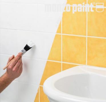 dipingere le piastrelle del bagno o della cucina per rinnovare gli